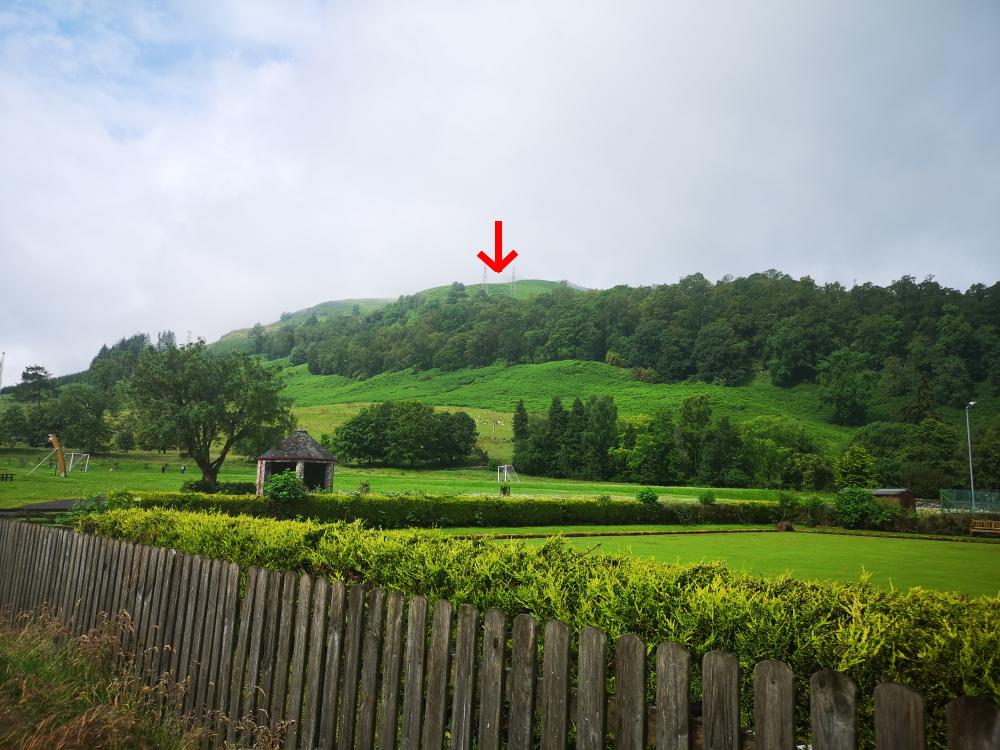 Hausberg von Killin aus dem Ort heraus gesehen